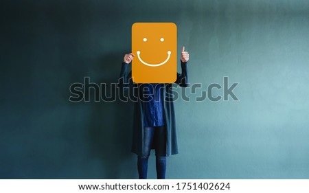 Customer Experiences or Human Emotional Concept. Woman giving Thumbs up and Showing a Happy Face Emoticon and Positive Review on Card. Client's Satisfaction Surveys Photo stock ©