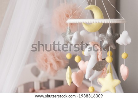 Cute Baby Cot for Girls in Pink with Mobile Handmade Felt Toys Foto stock ©