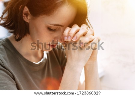 Cute beautiful girl folded her hands in prayer. A woman asks God for help Foto stock ©