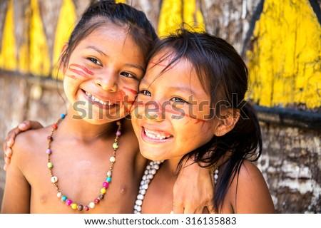 Cute Brazilian indians paying in Amazon, Brazil Foto stock ©