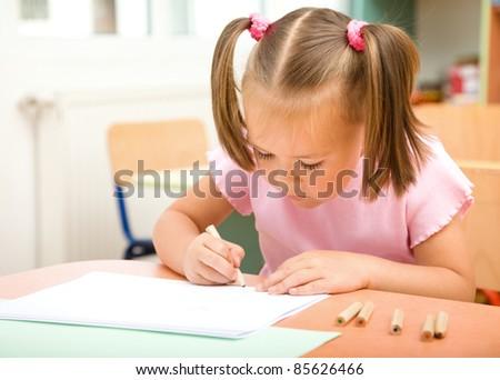 Девочка боком в полный рост рисунок