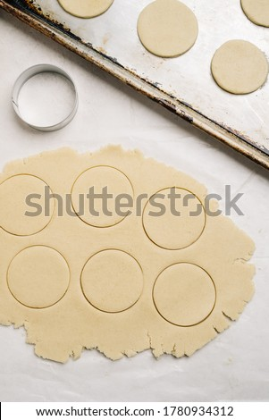 Cutting cookies with a cookie cutter Photo stock ©