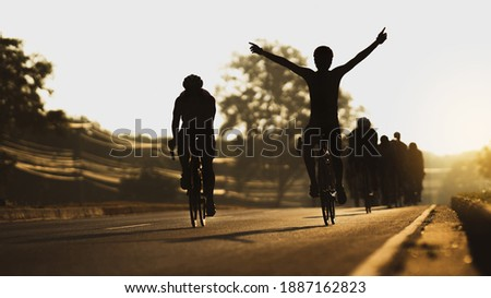 Cycling is training as a group, in the morning he pretends to finish line. Foto d'archivio ©