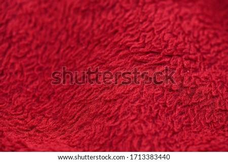 czerwony koc z bliska widać na nim rozmycie oraz teksturę Zdjęcia stock ©