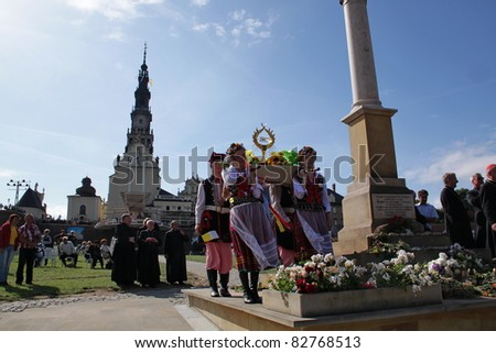 CZESTOCHOWA, POLAND - AUG 11 : unidentified Cracow pilgrims dressed in traditional costumes carry the Pope John Paul's II relic (blood) to the Jasna Gora Sanctuary on august 11, 2011 in Czestochowa, Poland