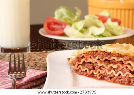 Dîner de fromage de lasagne. Petite profondeur de la zone,foyer sur le lasagne. - stock photo