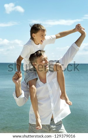dad and child on the background of the sea