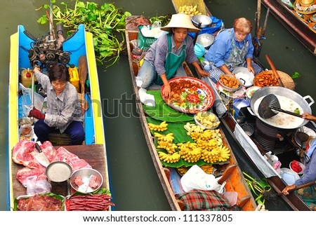 DAMNOEN SADUAK, THAILAND - MARCH 07 : Women sell food in floating Markets on March 7, 2011 in Damnoen Saduak, Thailand. Until recently, the main form of trade, now mostly a tourist attraction.