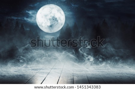 Dark abstract background. Wooden tabletop background, snow, winter. Dark night background in the forest, moonlight glow Foto stock ©