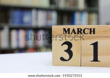 Day 31 of March month, Wooden calendar with date on the book shelf. Zdjęcia stock ©