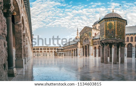 day panoramic view of the umayyad mosque under the blue sky and white clouds. showing the islamic architecture and islamic art in this holy place in damascus syria. Stockfoto ©