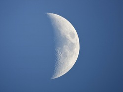 Daytime Moon 39%, Waxing crescent : taken with an 8