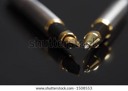 De pen van de fontein en ballpoint op een spiegel - stock photo