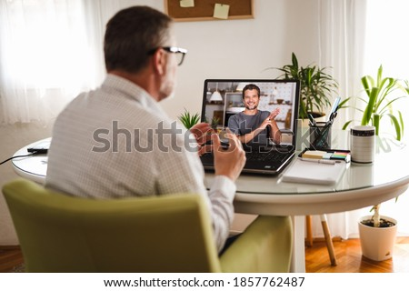 Deaf man talking using sign language on the laptop at home. Stock foto ©