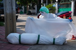 Deaths from Covid-19 are increasing rapidly. Doctors and nurses have come to check the autopsy of the infected person.