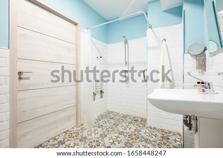 Decorated bathroom adapted for disabled people. Contemporany accessibility indoor architecture Foto stock ©