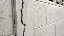 Deep and clear fractures At the front surface of the old cement pillars Caused by earthquakes waiting to be repaired.