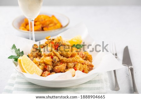 Deep fried seafood - Fritto misto. Prawns, squid, fish fillets served with lemon. Foto stock ©