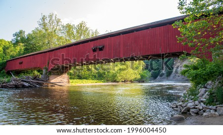 Deer's Mill Covered Bridge crossing the Sugar Creek in Montgomery County, Indiana. At a length of 275 feet, the Burr arch-truss construction features 2 arches. It was built in 1878 by Joseph J Daniels Foto stock ©