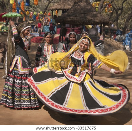 DELHI, INDIA - FEBRUARY 11: Unidentified female kalbelia dancers perform on February 11, 2008 at the annual Sarujkund Fair on the outskirts of Delhi in India.