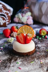 Delicious cheesecake with fresh strawberries