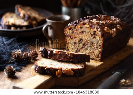 Delicious homemade chocolate and walnut gluten free banana bread sliced on wooden bread  Foto d'archivio ©