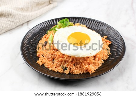 Delicious Homemade Fried Rice with Shop Bought Pickled Korean Kimchi or Kimchi Fried Rice. Usually Make from Household Ingredients like Smoked Beef, Sunny Side Egg, Minced Beef, Rice, and Scallions Stock foto ©