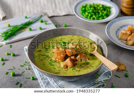 Delicious leak soup with fresh bio peas and croutons Foto stock ©