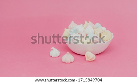 Delicious meringue on pink background. Sweeties close up. Flat lay composition. Foto d'archivio ©
