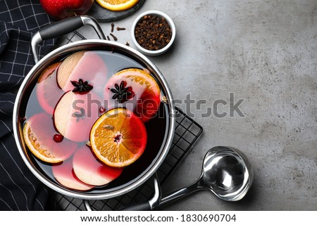 Delicious mulled wine and ingredients on grey table, flat lay. Space for text Stockfoto ©