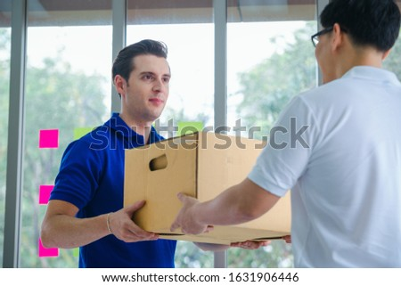 Delivery man giving parcel box to recipient,Man owner accepting of cardboard boxes package from post shipment,Online selling, e-commerce,Shipping concept. Foto stock ©