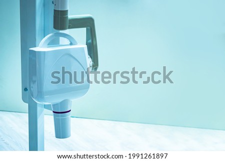 Dental x-ray equipment. Dentistry radiovisiograph on wall background. x-ray equipment for creating 3D images of oral cavity. X-ray equipment for scanning man oral cavity. Making 3D photo oral cavity Foto stock ©