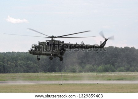 Deploying troops from a helicopter using fast-roping technique