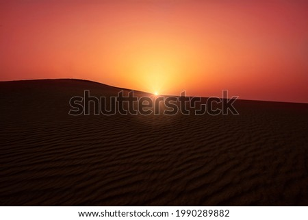 Deser sunrise with sunrays and sand pattern visible. Early morning dersert shot.   Zdjęcia stock ©