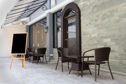 Design thinking and the design of the coffee shop, black and black seats.