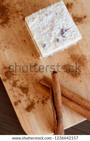 desser cake twith cinnamon