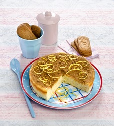 dessert flan with lemon cookies on a blue plate Speculoos pink tablecloths