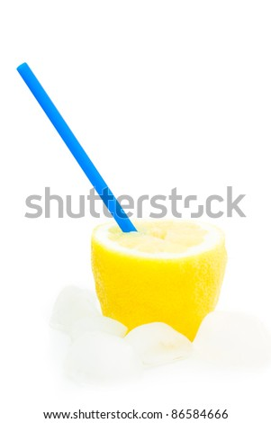 detail of an lemon with a straw and ice