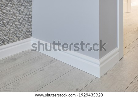 Detail of corner flooring with intricate crown molding and plinth.  Foto stock ©