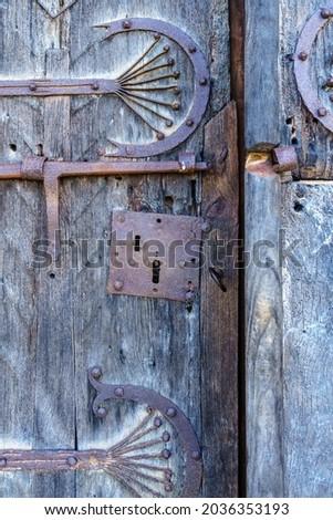 Detail of the lock of the entrance door of the Romanesque hermitage of Santa Eulalia in the neighborhood of Santa María de Aguilar de Campoo, Palencia, Castilla y León, Spain Zdjęcia stock ©