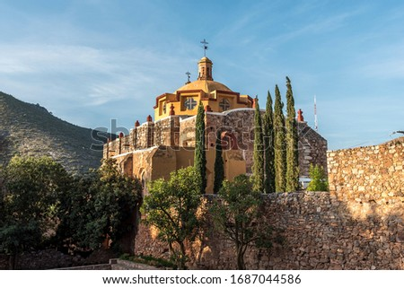Detail of the main church in the village of San Pedro hill at sunrise in San Luis Potosi at the sunrise - Pueblo magico near of Real de Catorce Stockfoto ©