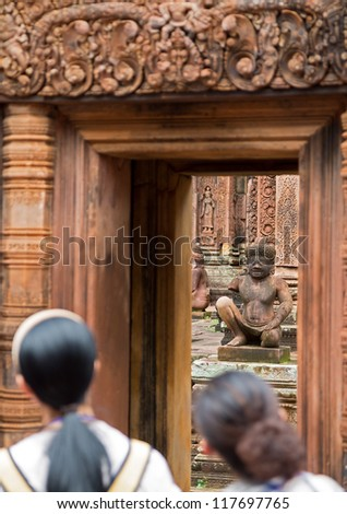 Detailed view of Banteay Srei Wat statue and tourists