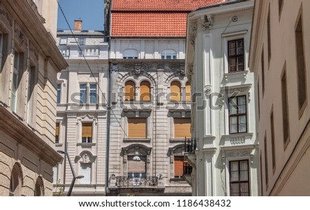 Details of different buildings of University Square (Egyetem tér) in the old town of Budapest, Hungary, Eastern Europe. Exterior view of colorful townhouses on a beautiful summer day. Stock fotó ©