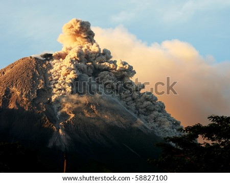 Details of sprouting hot cloud on volcanic eruption in Java  island, Indonesia