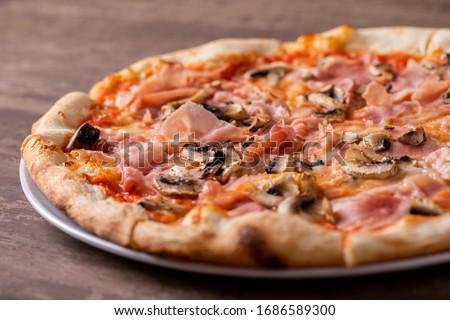 details of tasty ham and mushrooms pizza  Foto d'archivio ©