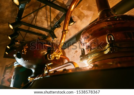 Detalis of medieval traditional distiller cube made from copper production of alcohol, cognac, whiskey. Fragment of copper old distiller for alcohol production. Ancient traditional food technologies Foto stock ©