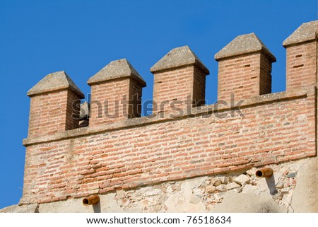 Detalle del castillo que encumbra la ciudad de Aracena, situada en la sierra del mismo nombre. / Detail of the castle that raise Aracena's city, placed in the mountain range of the same name. Foto stock ©