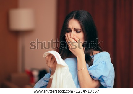 Devastated Woman Finding Out Cheating Husband has Secret Affair. Wife finding out her spouse is an unfaithful cheater  Foto d'archivio ©