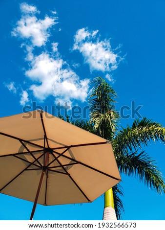 Dia de férias com sol e poucas nuvens Foto stock ©