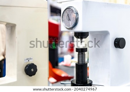 diamond head pin and adjustment move up down table of hardness tester machine for inspection property hardness value of specimen sample material or product ストックフォト ©